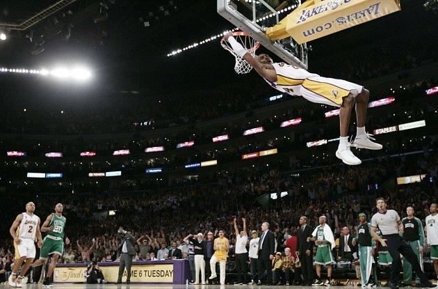 Kobe Bryant právě zasmečoval do koše Bostonu.