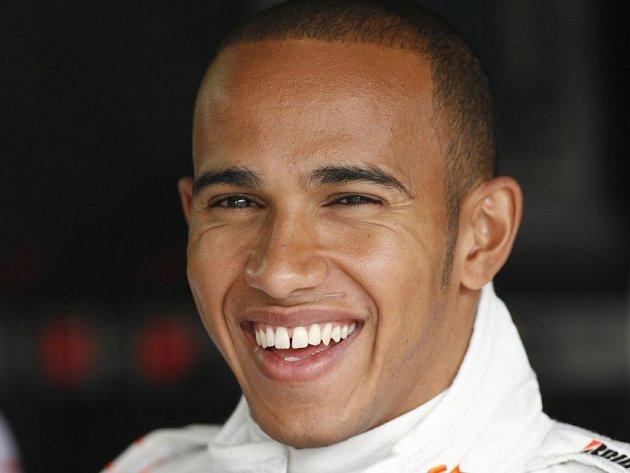 Brit Lewis Hamilton má důvod k úsměvu, v pátek se mu na Hungaroringu dařilo.