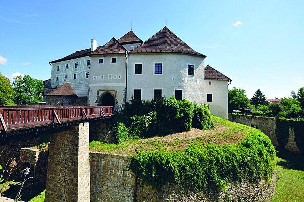 Nové Hrady: Město je vstupní branou do Novohradských hor. Jeho dominantou je mohutný opevněný hrad.