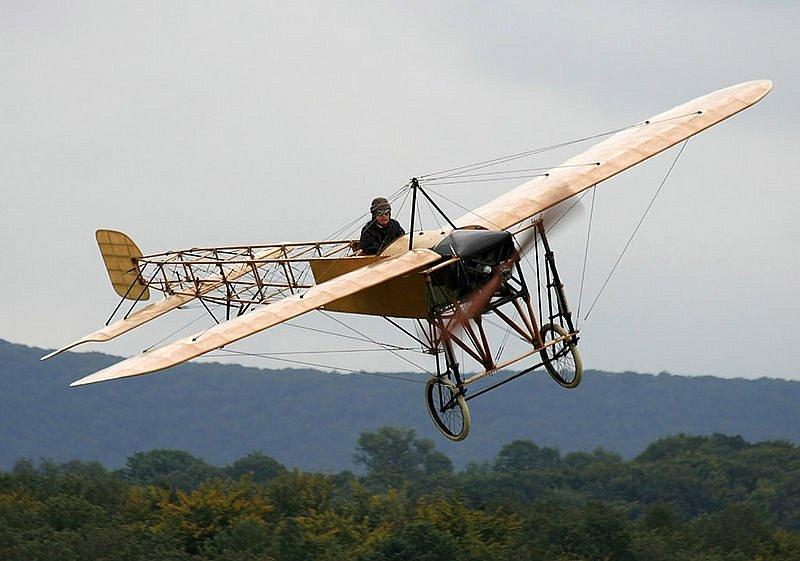 Jednoplošník Blériot XI. Právě na takovém letadle absolvovala Harriet Quimbyová svůj poslední let v životě. Poté, co ztratila kontrolu nad řízením a letadlo se prudce naklonilo, z něj ona i její pasažér vypadli.