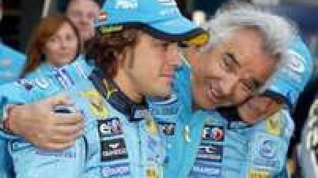 Šéf Renaultu Flavio Briatore (uprostřed) objímá Fernanda Alonsa a Giancarla Fisichellu. V roce 2006 se jeho barvách opravdu dařilo.
