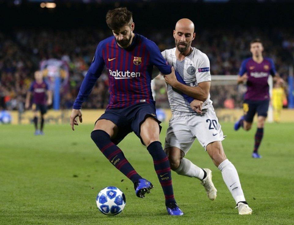 FC Barcelona - Inter Milán.  Vlevo Gerard Pique z Barcelony, vpravo Borja Valero z Interu.