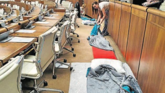 Bivakování v parlamentu. Skupina poslanců v čele s Miroslavem Beblavým nocovala ve spacích v parlamentu.