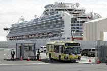 Autobus v japonském přístavu Jokohama odváží cestující, kteří začali 19. února 2020 opouštět výletní loď Diamond Princess