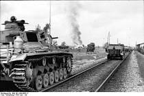 Německá tanková vojska po napadení Sovětského svazu. Na snímku tank Panzer III a obrněný transportér Sd Kfz 251