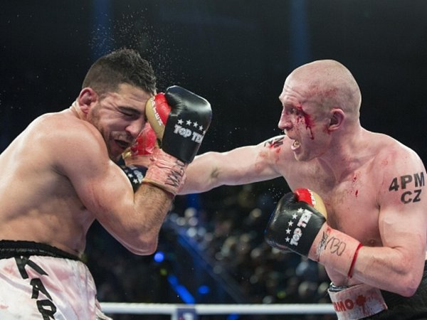 Boxer Lukáš Konečný (vpravo) zasazuje ránu Karimu Achourovi.