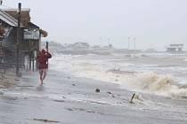 Silné vlny narážejí na pobřeží provincie Sorsogon na Filipínách, které 1. listopadu 2020 zasáhl tajfun Goni
