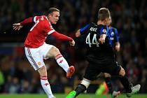 Wayne Rooney z Manchesteru United (vlevo) pálí proti celku Club Bruggy.