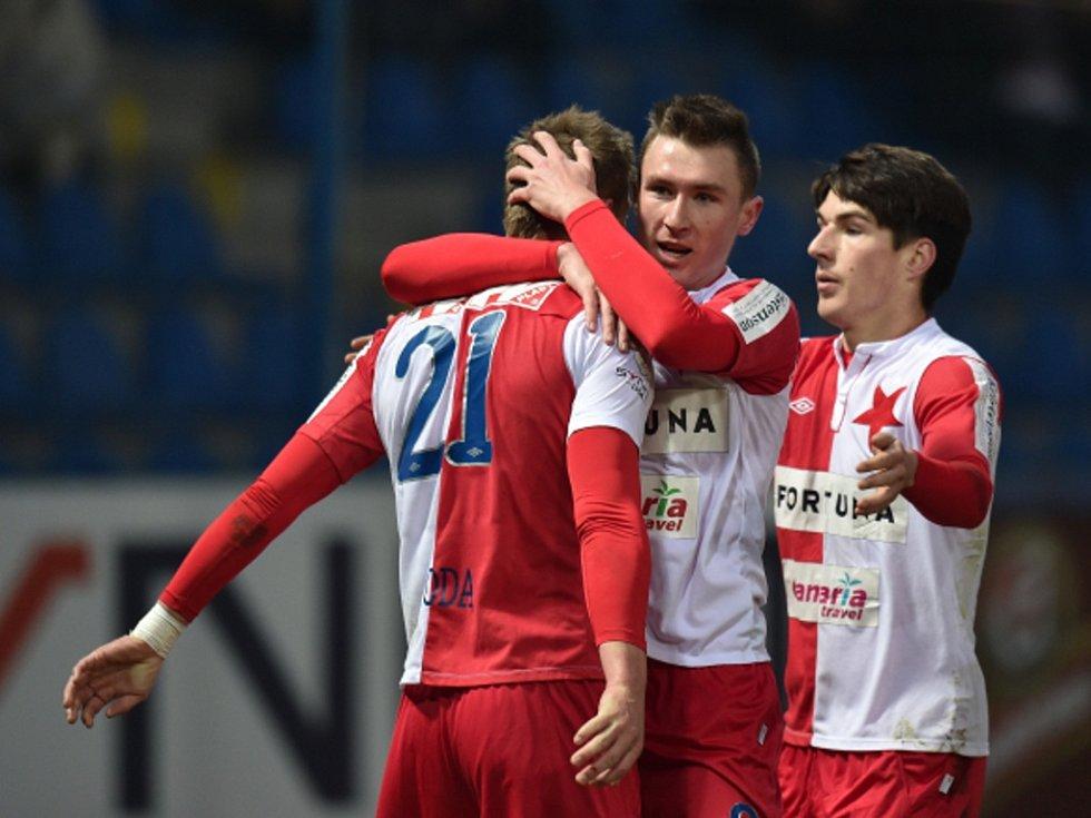 Milan Škoda ze Slavie (vlevo) sestřelil hattrickem Liberec. Od spoluhráčů Jaromíra Zmrhala (uprostřed) a Roberta Hrubého přijímá gratulace.