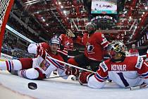 Brankář české reprezentace Jakub Kovář (vpravo) inkasuje od Joela Warda z Kanady. Gólu se snaží zabránit jeho bratr Jan Kovář (vlevo).