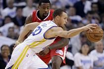 Stephen Curry z Golden State (v bílém) proti LA Clippers.