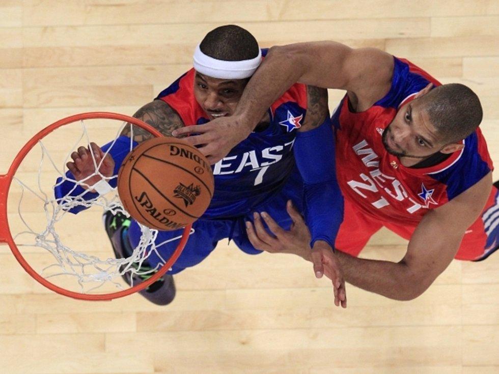 Tim Duncan (vpravo) se prosazuje přes Carmela Anthonyho v Utkání hvězd NBA.