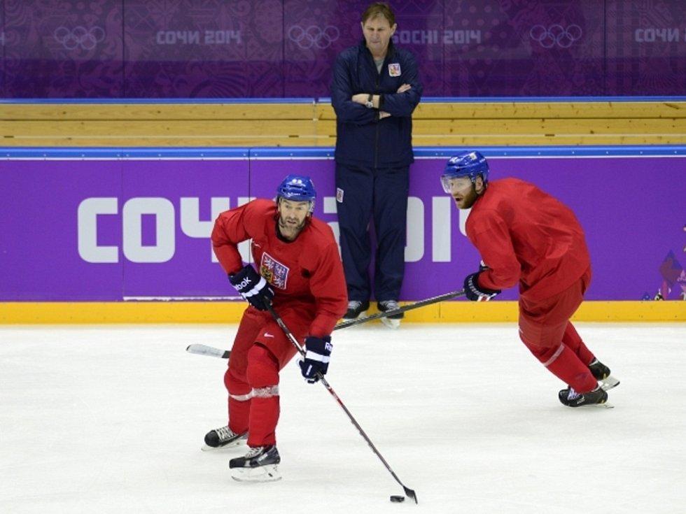 Trenér Alois Hadamczik (uprostřed) sleduje Petra Nedvěda (vlevo) a Jiřího Novotného na tréninku na olympiádě v Soči.
