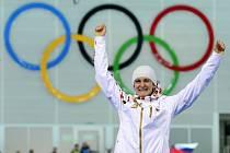 Martina Sáblíková se raduje ze stříbrné medaile na olympijských hrách v Soči.