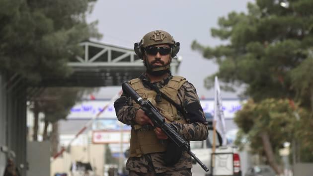 Bojovník Tálibánu na letišti v Kábulu
