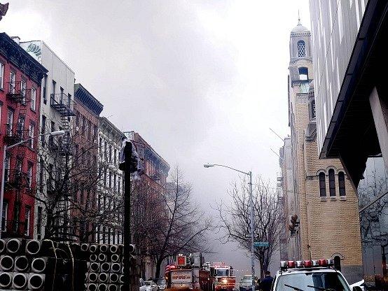 Po výbuchu plynu se v New Yorku zřítil dům.