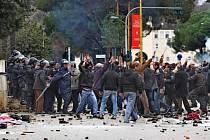 Tři lidé byli v pátek zastřeleni na protivládní demonstraci v albánské metropoli Tiraně, když asi 20.000 protestujících požadovalo, aby konzervativní vláda vypsala předčasné volby