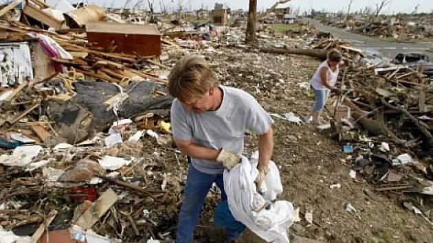 Tornáda ve Spojených státech ve středu opět zabíjela a způsobila velké materiální škody. Na západě státu Massachusetts zahynuli nejméně čtyři lidé.
