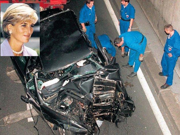 Francouzští policisté obhlížejí zdemolovaný automobil, vněmž před více jak deseti lety zemřela princezna Diana. Její smrt nyní vyšetří britští soudci.