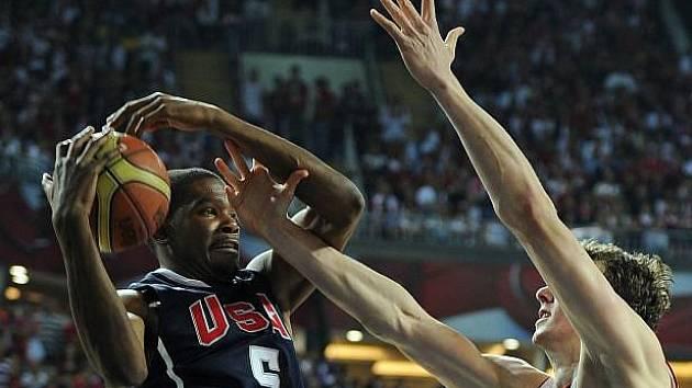 Američan Durant svádí souboj s Turkem Asikem.