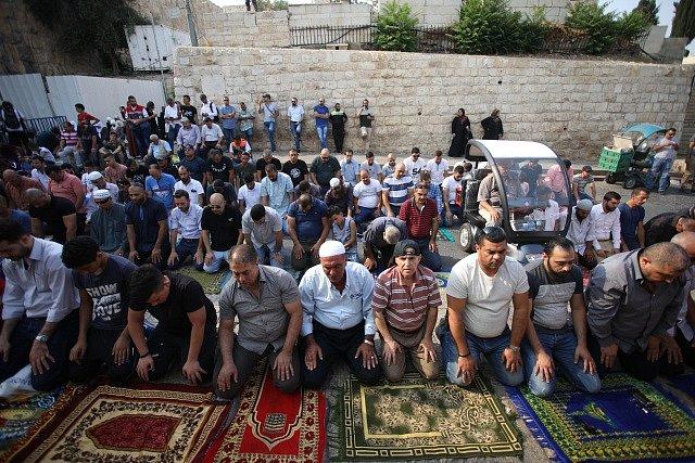 Muslimové odmítají procházet detektory kovu, modlí se na ulicích.