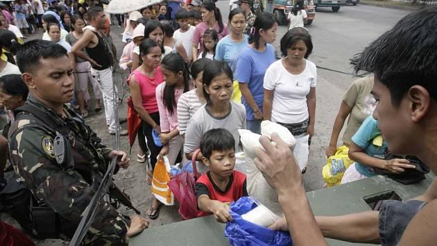 Krize způsobená zdražováním potravin dorazila i na relativně bohaté Filipíny. Na prodej vládou dotované rýže tam tento týden dohlížela armáda.