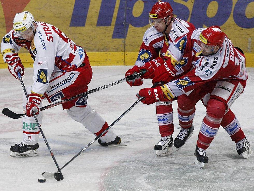 Útočník Slavie Tomáš Micka (vlevo) ujíždí hokejistům Třince.
