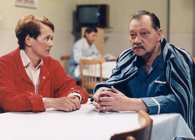 Rudolf Hrušínský a Zdena Hadrbolcová ve snímku Návštěvní hodiny