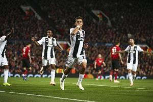 Paulo Dybala (uprostřed) z Juventusu se raduje z gólu proti Manchesteru United.