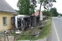 Přestože je domek rodiny Kolářovy značně poničen, nikomu se nic nestalo. Paní domu se včera po půlnoci probudila s hrůzou. Nedaleko hlavy jí přistál kamion.
