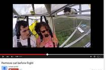 Pilot ultralightu měl na křídle kočičího černého pasažéra.