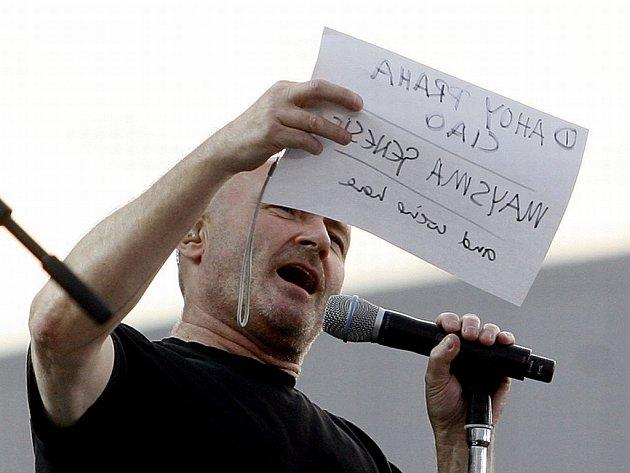 Phill Collins čte z taháku pozdrav pro české publikum v Przaze na koncertu kapely Genesis.