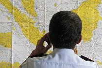 Letadlo malajsijské nízkonákladové společnosti AirAsia na lince ze Surabaje v Indonésii do Singapuru s celkem 162 lidmi na palubě ztratilo dnes v 6:17 místního času (0:17 SEČ) kontakt s řídící věží letového provozu v Jakartě.