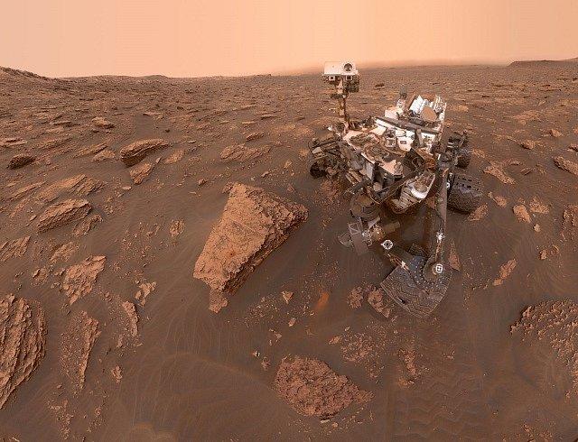 Sonda Curiosity na povrchu Marsu
