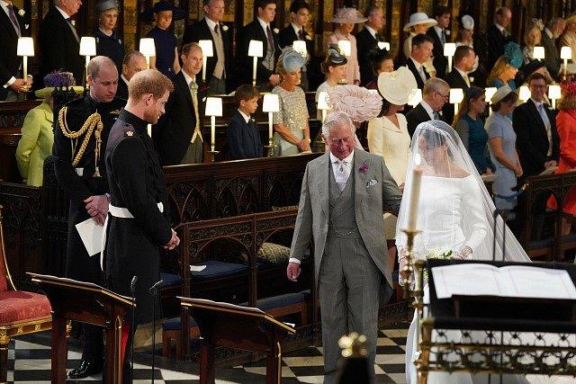 Princ Charles doprovází Meghan k oltáři