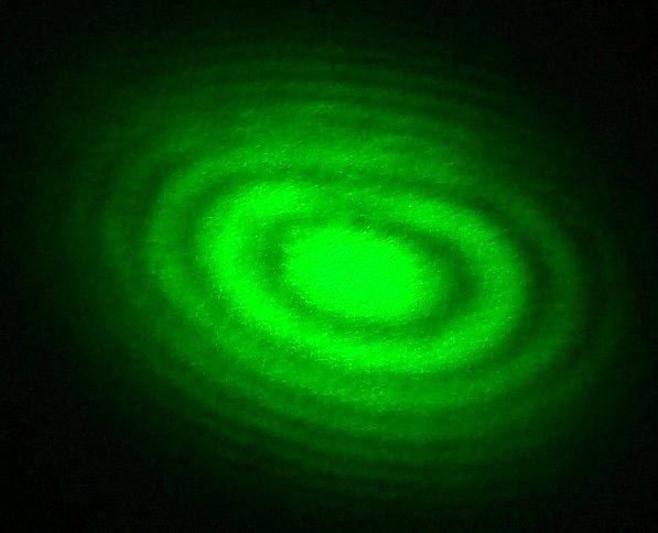 Interferenční obrazec z Michelsonova interferometru se zeleným laserem