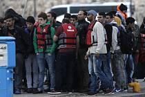 Na řecký ostrov Kos, kde místní policie v úterý zasahovala kvůli protestům stovek běženců nespokojených s přístupem tamních úřadů, dnes připlula další nejméně stovka migrantů.