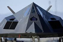 Pohled zblízka. Letadlo F-117A využívá stealth technologii. Laicky řečeno, je neviditelné pro většinu radarů. Právě kvůli požadavku malého radarového odrazu má netypické hrany.