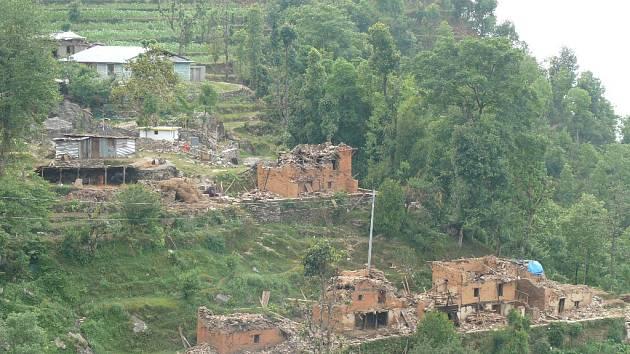 Část zničené vesnice.