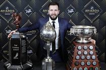 Hokejový útočník Nikita Kučerov z Tampy Bay se získanými trofejemi na vyhlášení cen NHL. Zleva Ted Lindsay Award (pro nejužitečnějšího hráče podle Hráčské asociace NHLPA, Hart Memorial Trophy (pro nejužitečnějšího hráče podle novinářů) a Art Ross Trophy (