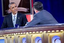 Americký prezident Barack Obama si v pondělí krátce vyměnil židli se satirikem Stephenem Colbertem v televizním pořadu The Colbert Report.