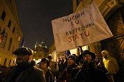 Několik desítek lidí demonstrovalo 19. prosince 2017 před budovou Poslanecké sněmovny v Praze proti zvolení poslance KSČM Zdeňka Ondráčka do čela sněmovní komise pro kontrolu činnosti Generální inspekce bezpečnostních sborů.
