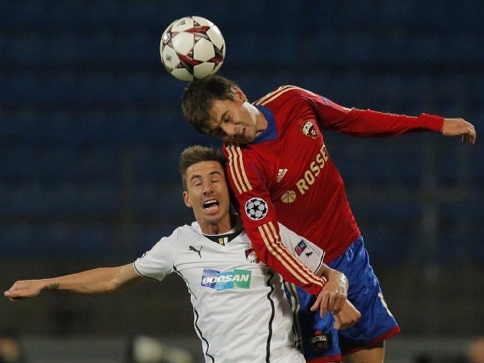Plzeňský Petržela v souboji s Šennikovem z CSKA.