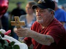 Muž během vzpomínkové akce na uctění obětí lodního neštěstí v Missouri