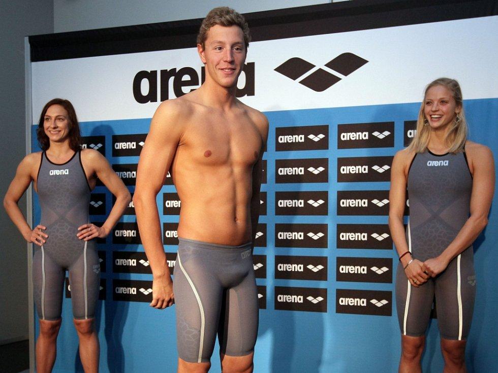 Jan Micka předvádí karbonové plavky pro olympijské hry v Riu.