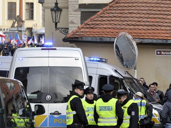 Na demonstraci na podporu premiérovi Bohuslavu Sobotkovi se nedaleko úřadu vlády sešlo 60až 80lidí. Další desítky se údajně nemohli akce zúčastnit, protože policie odřízla přístup před Strakovu akademii zKlárova.