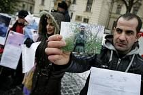 Demonstrace k údajnému porušování lidských práv, jemuž jsou vystaveni kurdští žadatelé o mezinárodní ochranu v uprchlickém táboře v Kostelci nad Orlicí na Rychnovsku se konala v pátek 10. prosince 2010 před Úřadem vlády v Praze.