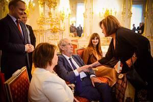 Ministryně financí Alena Schillerová (vpravo) gratuluje 10. října 2019 na Pražském hradě prezidentu Miloši Zemanovi k 75. narozeninám. Přihlížejí Zemanova manželka Ivana (vlevo) a dcera Kateřina (v pozadí)