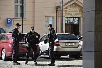 Policisté hlídkují 7. března 2019 u sídla Úřadu pro ochranu hospodářské soutěže (ÚOHS) v Brně