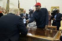 Americký prezident Donald Trump (vlevo) s rapperem Kanyem Westem v Oválné pracovně Bílého domu